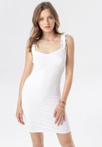 Born2be - Biała Sukienka Zhasura. Typ kołnierza: kołnierz z falbankami. Kolor: biały. Materiał: dzianina. Długość rękawa: na ramiączkach. Wzór: prążki. Sezon: lato. Długość: mini