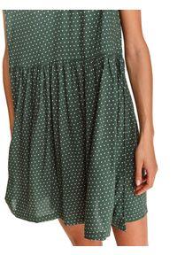 TOP SECRET - Krótka sukienka z falbankami na rękawach. Typ kołnierza: kołnierz z falbankami. Kolor: zielony. Materiał: dzianina. Długość rękawa: krótki rękaw. Wzór: grochy, aplikacja. Sezon: jesień. Długość: mini