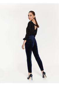 Czarny sweter TOP SECRET w kolorowe wzory, z dekoltem na plecach, na wiosnę