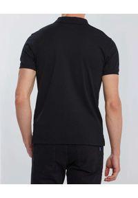 GANT - Czarny t-shirt polo z kontrastowym logo. Typ kołnierza: polo. Kolor: czarny. Materiał: bawełna, materiał, jeans. Wzór: haft