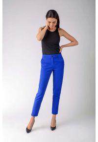 Nommo - Kobaltowe Klasyczne Spodnie Cygaretki z Ozdobnym Zapięciem. Kolor: niebieski. Materiał: wiskoza, poliester. Styl: klasyczny