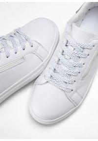 Białe buty sportowe bonprix na zamek