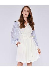 THECADESS - Sukienka mini z szyfonowymi rękawami Nicosia. Typ kołnierza: kokarda. Kolor: biały. Materiał: szyfon. Wzór: aplikacja. Długość: mini