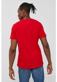 Tommy Jeans - T-shirt bawełniany. Okazja: na co dzień. Kolor: czerwony. Materiał: bawełna. Wzór: gładki, aplikacja. Styl: casual