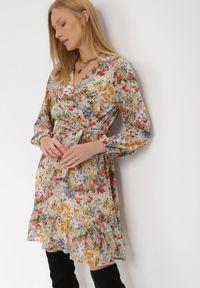 Born2be - Biała Sukienka Sylena. Kolor: biały. Materiał: tkanina, materiał. Długość rękawa: długi rękaw. Wzór: kwiaty, aplikacja, kolorowy. Typ sukienki: kopertowe. Długość: mini
