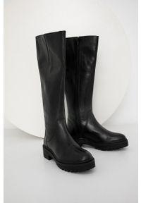 Answear Lab - Kozaki skórzane. Nosek buta: okrągły. Kolor: czarny. Materiał: skóra. Szerokość cholewki: normalna. Obcas: na obcasie. Styl: wakacyjny. Wysokość obcasa: niski