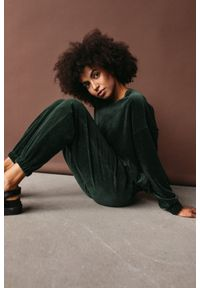 Marsala - Gładka bluza wykonana z weluru w kolorze CIEMNOZIELONYM - CORBY VELVET BY MARSALA. Kolor: zielony. Materiał: welur. Wzór: gładki