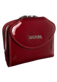 Portfel damski czerwony Badura B-55180P-SBR. Kolor: czerwony. Materiał: skóra. Wzór: aplikacja