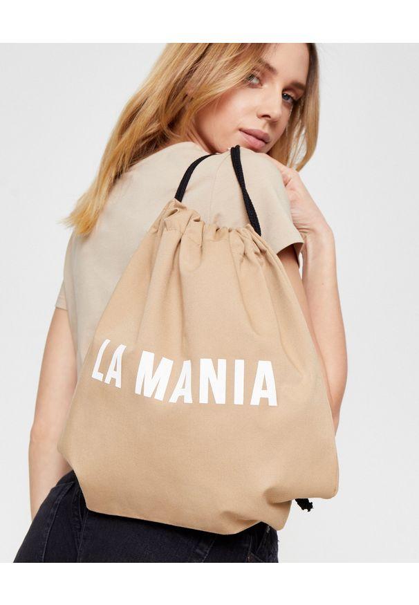 LA MANIA - Beżowy plecak z logo. Kolor: beżowy. Materiał: tkanina, bawełna