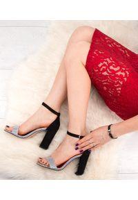 Sandały na słupku SIXTH SENS ze sprzączką, klasyczne, w kolorowe wzory