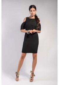 Nommo - Czarna Prosta Sukienka z Odkrytymi Ramionami. Kolor: czarny. Materiał: wiskoza, poliester. Typ sukienki: proste, z odkrytymi ramionami