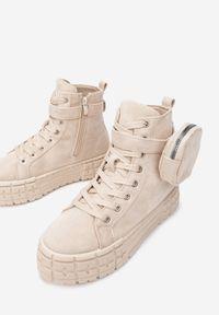 Renee - Beżowe Sneakersy Mellialla. Okazja: na co dzień. Wysokość cholewki: za kostkę. Zapięcie: sznurówki. Kolor: beżowy. Materiał: zamsz. Szerokość cholewki: normalna. Wzór: aplikacja. Styl: casual