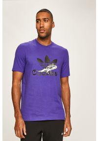 Fioletowy t-shirt adidas Originals casualowy, na co dzień, z okrągłym kołnierzem