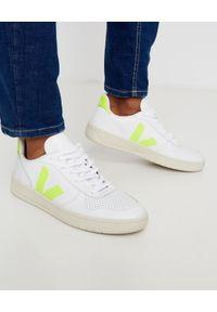 Veja - VEJA - Skórzane sneakersy V10 Jaune Fluo. Okazja: na co dzień. Kolor: biały. Materiał: bawełna, jersey, poliester, guma. Wzór: aplikacja, kolorowy