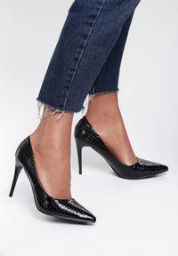 Renee - Czarne Szpilki Hare. Nosek buta: szpiczasty. Zapięcie: bez zapięcia. Kolor: czarny. Materiał: jeans, lakier, skóra. Wzór: aplikacja. Obcas: na szpilce. Styl: klasyczny, elegancki. Wysokość obcasa: średni