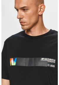 Czarny t-shirt New Balance z okrągłym kołnierzem, na co dzień, z nadrukiem