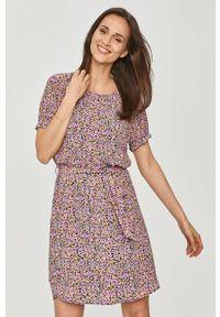 Jacqueline de Yong - Sukienka. Kolor: fioletowy. Materiał: tkanina. Długość rękawa: krótki rękaw