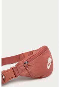 Pomarańczowa nerka Nike Sportswear z nadrukiem