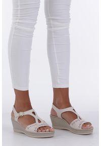 Casu - Kremowe sandały ażurowe na koturnie z odkrytymi palcami casu f19x1/ow. Nosek buta: otwarty. Kolor: beżowy. Wzór: ażurowy. Obcas: na koturnie