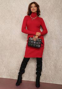 Renee - Czerwona Sukienka Brierra. Typ kołnierza: golf. Kolor: czerwony. Materiał: dzianina, prążkowany. Długość rękawa: długi rękaw. Wzór: jednolity. Typ sukienki: dopasowane. Długość: midi