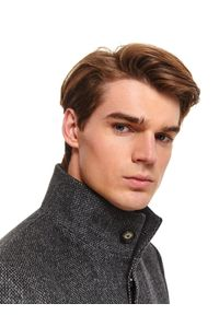 TOP SECRET - Klasyczny płaszcz ze stójką z wełnianej tkaniny. Okazja: do pracy. Typ kołnierza: kołnierzyk stójkowy. Kolor: szary. Materiał: wełna, tkanina. Wzór: ze splotem. Sezon: zima. Styl: klasyczny
