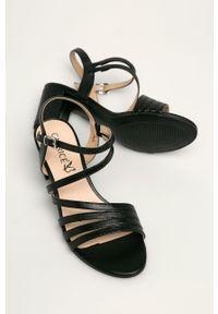 Czarne sandały Caprice na średnim obcasie, na klamry, na obcasie