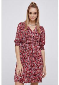Vero Moda - Sukienka. Kolor: czerwony. Materiał: tkanina, poliester. Długość rękawa: krótki rękaw. Typ sukienki: rozkloszowane
