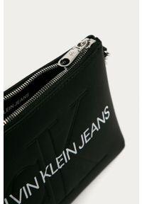 Czarna listonoszka Calvin Klein Jeans mała, z nadrukiem, na ramię, skórzana