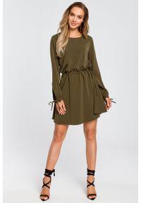 e-margeritka - Sukienka rozkloszowana z długim rękawem khaki - m. Kolor: brązowy. Materiał: poliester, materiał, elastan. Długość rękawa: długi rękaw. Styl: boho, elegancki