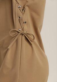 Renee - Jasnobeżowa Bluza Adriavianna. Kolor: beżowy. Materiał: dzianina, prążkowany. Długość rękawa: długi rękaw. Długość: długie. Wzór: aplikacja