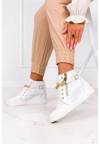 Casu - Białe sneakersy lakierowane z łańcuszkiem na ukrytym koturnie polska skóra casu 2351. Kolor: biały. Materiał: skóra, lakier. Obcas: na koturnie