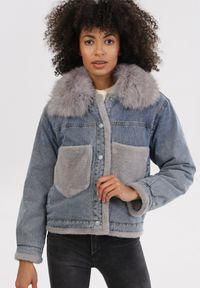 Born2be - Niebieska Kurtka Daeigina. Okazja: na co dzień. Kolor: niebieski. Materiał: jeans, futro, materiał. Długość rękawa: długi rękaw. Długość: długie. Styl: casual