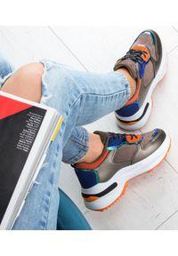Beżowe buty sportowe N/M w kolorowe wzory