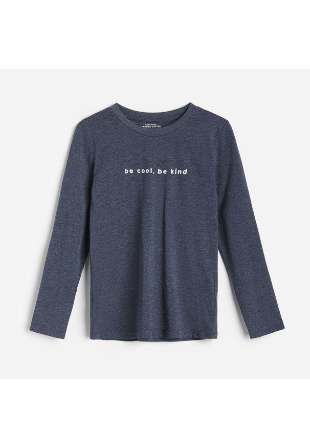 Niebieska koszulka z długim rękawem Reserved z napisami