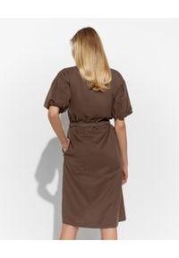 PESERICO - Brązowa sukienka z paskiem. Kolor: brązowy. Materiał: bawełna. Wzór: aplikacja. Sezon: wiosna, lato. Długość: mini