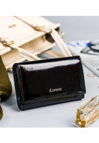 LORENTI - Lakierowany portfel damski czarny Lorenti 76112-SH NAPIS BLACK. Kolor: czarny. Materiał: skóra. Wzór: napisy