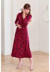 Marie Zélie - Sukienka Rita Nox bordowa. Typ kołnierza: dekolt kopertowy. Kolor: czerwony. Materiał: wiskoza, dzianina, materiał, elastan, tkanina. Długość rękawa: krótki rękaw. Wzór: kwiaty. Sezon: jesień. Typ sukienki: proste, kopertowe