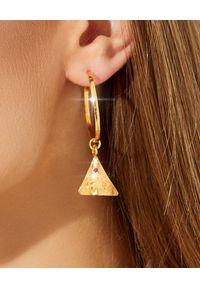 HERMINA ATHENS - Pozłacane kolczyki koła zawieszką Pyramis. Materiał: pozłacane. Kolor: złoty. Wzór: aplikacja. Kamień szlachetny: cyrkonia