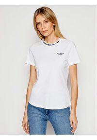 T-shirt z krótkim rękawem i klasyczną lamówką Aeronautica Militare. Kolor: biały. Materiał: bawełna. Długość rękawa: krótki rękaw. Długość: krótkie. Wzór: aplikacja. Styl: klasyczny