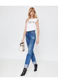 Balmain - BALMAIN - T-shirt bez rękawów z logo. Kolor: biały. Materiał: jeans, bawełna. Długość rękawa: bez rękawów. Styl: elegancki