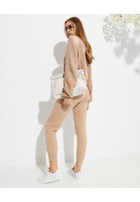 SER.O.YA - Camelowy sweter z bawełny Amelia. Kolor: beżowy. Materiał: bawełna. Długość rękawa: długi rękaw. Długość: długie. Wzór: aplikacja