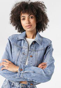 Niebieska kurtka jeansowa Born2be