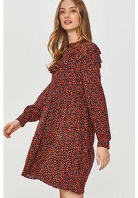 Czerwona sukienka Answear Lab mini, wakacyjna, na co dzień, z długim rękawem