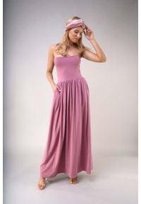 Nommo - Maxi Sukienka z Odkrytymi Ramionami - Jasnoróżowa. Kolor: różowy. Materiał: poliester, bawełna. Typ sukienki: z odkrytymi ramionami. Długość: maxi