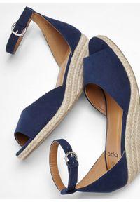 Niebieskie sandały bonprix ze sprzączką, na koturnie