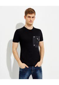 Les Hommes - LES HOMMES - Czarny t-shirt z kieszenią. Okazja: na co dzień. Kolor: czarny. Materiał: jeans, nylon, bawełna. Wzór: aplikacja. Styl: casual, klasyczny