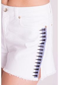 Białe szorty jeansowe Versace Collection ze zdobieniami. Stan: podwyższony. Kolor: biały. Materiał: jeans. Długość: krótkie. Wzór: aplikacja. Sezon: lato. Styl: klasyczny, rockowy