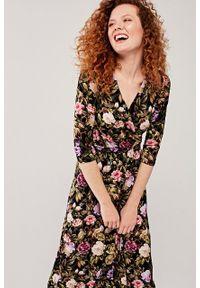 Marie Zélie - Sukienka Rita Delicate fioletowa. Typ kołnierza: dekolt kopertowy. Kolor: fioletowy. Materiał: materiał, dzianina, tkanina, elastan, wiskoza. Długość rękawa: krótki rękaw. Sezon: jesień. Typ sukienki: kopertowe