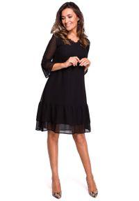 Czarna sukienka rozkloszowana MOE z falbankami, w koronkowe wzory