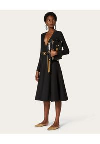 VALENTINO - Czarna sukienka z krepy midi. Kolor: czarny. Materiał: jedwab, wełna. Typ sukienki: rozkloszowane, dopasowane. Styl: elegancki. Długość: midi